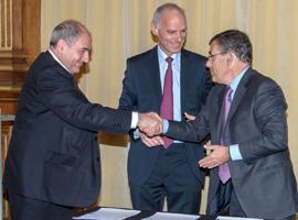 Jean-Louis Missika, Jacques Lewiner et Frédéric Vincent signent la convention de mécénat scientifique © Sylvain Modet / Nexans